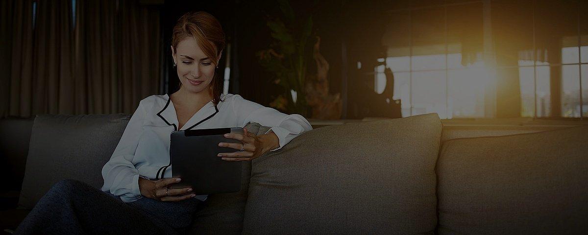 gratis verzekerd vrouw tablet op bank